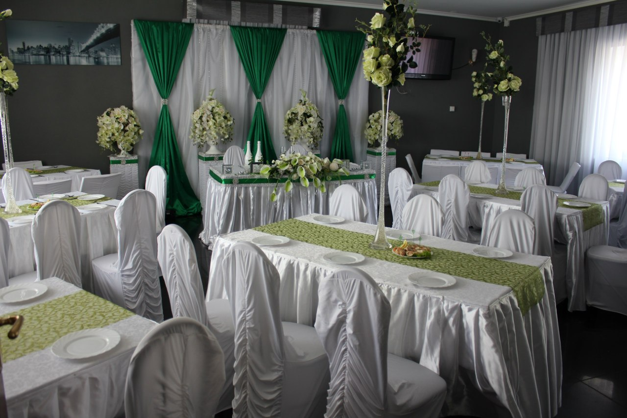 украшение зала на свадьбу изумрудный цвет