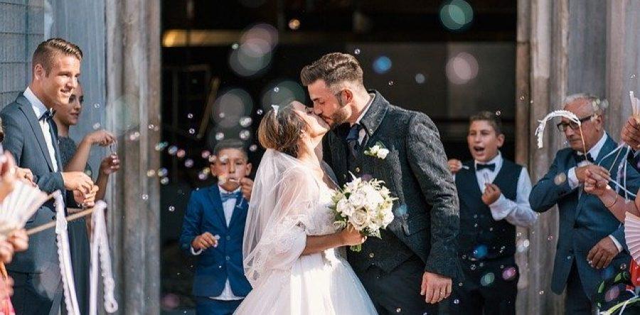 Почему молодым «горько!» на свадьбе: правда о старинной традиции